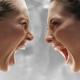 Due donne litigano per gelosia davanti al fidanzato. I carabinieri mettono pace