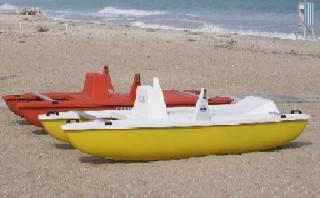 In mare coi pedalò senza permesso, li danneggiano e non vogliono pagare