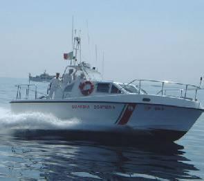 Guardia Costiera soccorre imbarcazione incagliata con 11 persone a bordo