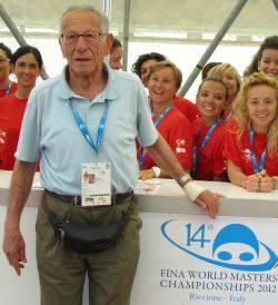 Sport senza età. A 93 anni si lancia dal trampolino di un metro.