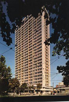 50 venditori abusivi stipati in tre appartamenti al Grattacielo