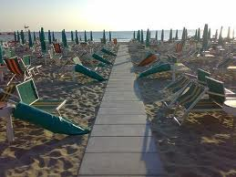 Vandali in spiaggia a Viserbella. Gestore se ne accorge e chiama Polizia