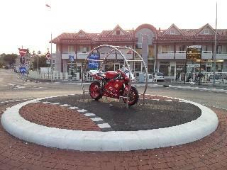 Una rotonda arredata con la Ducati 998 Troy Bayliss replica