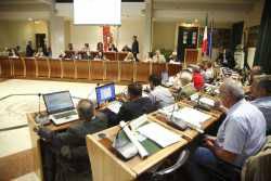 Il Consiglio Comunale approva il bilancio. Fronti compatti al voto