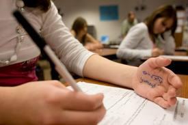 Direttore la sorprende a copiare durante esame. Studentessa inscena aggressione