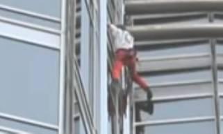 Uomo si arrampica su grondaia; intervengono Carabinieri. Era uscito senza chiavi