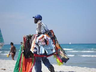 Ambulanti sulla spiaggia fuggono alla vista delle divise chiamate dal bagnino