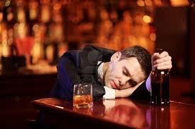 Turista ubriaco terrorizza giovane barista poi cade e distrugge vetrata