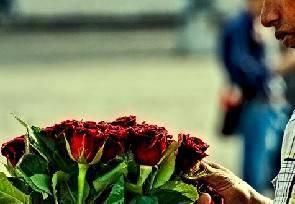 Venditore di rose cerca di violentare 17enne olandese, denunciato