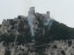 Incendio sulla rupe delle torri. In azione un elicottero della Forestale