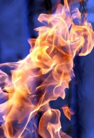 Incendio in uno stabile, poliziotto fuori servizio salva due giovani