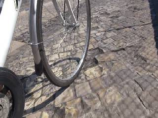 Sampietrini staccati, rischio per i ciclisti. I lavori appena tre anni fa
