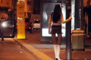 Lite tra prostitute in strada. Tra loro anche ragazza incinta