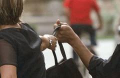 Tenta di scippare disabile picchiandola violentemente. Arrestato da Polizia