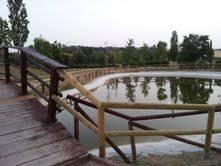 Nuova staccionata al Parco del Conca. La vecchia presa di mira dai vandali