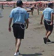 Vigili aggrediti sulla battigia da venditori abusivi. Soccorsi dai carabinieri