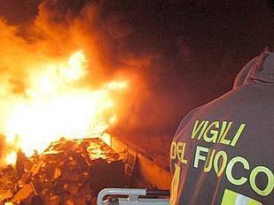 Sterpaglie a fuoco vicino alle Ceramiche del Conca. Intervengono i pompieri