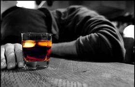 Chiude moglie e figlia fuori casa perché criticano il suo bere troppo