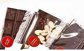 Rubano cioccolata, direttore negozio li sorprende e lo malmenano
