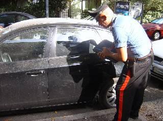 Bimbo di sette anni riga 13 auto con bastoncino, infuriati i proprietari