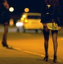 Prostituta stesa su un materasso alla fermata del bus. Arrivano i carabinieri
