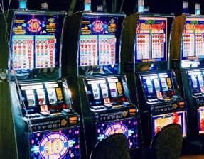 Scassinate slot machine e rubati 1200 euro. Arrestato cinese