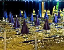 Danneggiano lettini in spiaggia: denunciati due minorenni austriaci