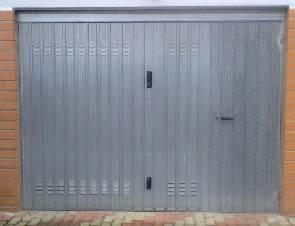 Trans lasciato dal fidanzato, gli prende a calci il garage