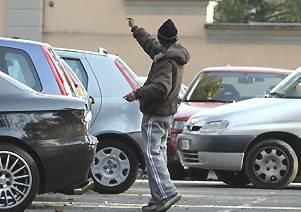 I vigili fermano parcheggiatore abusivo e marocchino senza patente