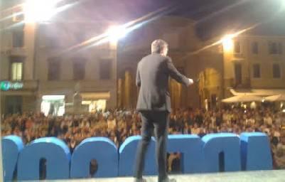 In tanti per Renzi in piazza Cavour. Ironia e attacchi diretti