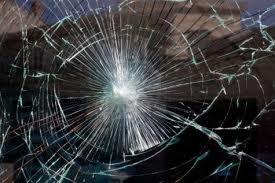 Colto da malore, rompe un vetro per chiedere aiuto. Arrivano carabinieri