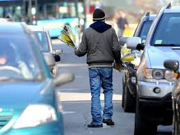Ambulante abusivo di mimose picchia vigili che gli sequestrano i fiori