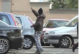 Automobilista accerchiato da cinque parcheggiatori. Rintracciati e sanzionati