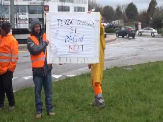 Lavoratori Sielpa manifestano al casello. Ombre sulla terza corsia