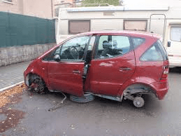 Abbandono di veicoli e rifiuti: casi in forte aumento