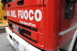 Auto fuori strada danneggia colonnina del gas. Intervengono i vigili del fuoco