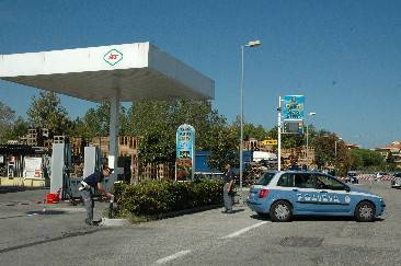 Furto al distributore di benzina davanti ai poliziotti. Arrestato 21 enne