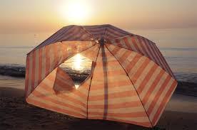 Alzano il gomito e se la prendono con un ombrellone: denunciati tre turisti