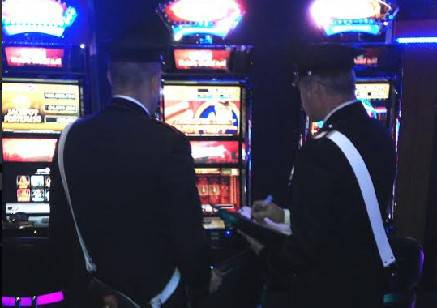 Picchia la compagna per avere soldi da giocarsi. Nei guai 40enne