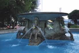 Ruba monetine dalla fontana dei quattro cavalli. Denunciato