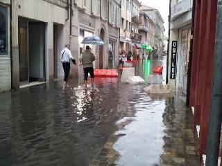 Violento acquazzone. Città allagate. Aperti 12 scarichi su 16