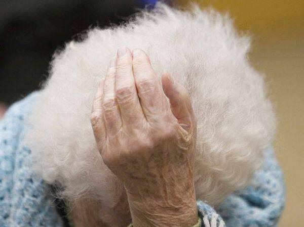Anziana affetta da Alzheimer. Il compagno si appropria di soldi e gioielli