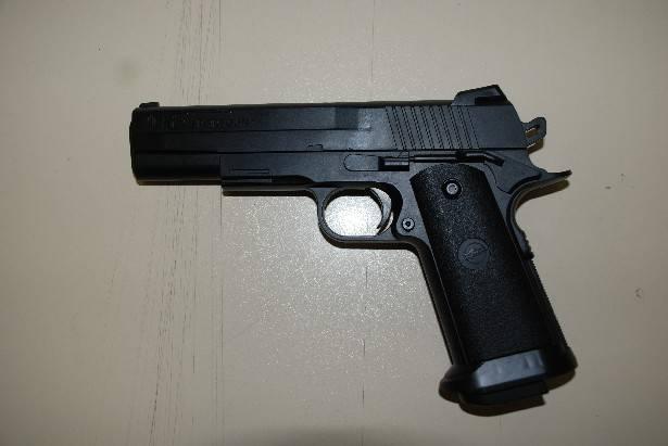 Al supermarket con pistola giocattolo. Denunciato per procurato allarme