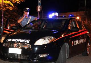 Ubriaco picchia la ex fidanzata e le rapina la borsa. Arrestato 32enne tunisino