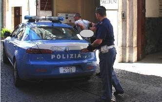 Lancia bottiglie contro negozi e colpisce agente con due pugni. Arrestato 40enne