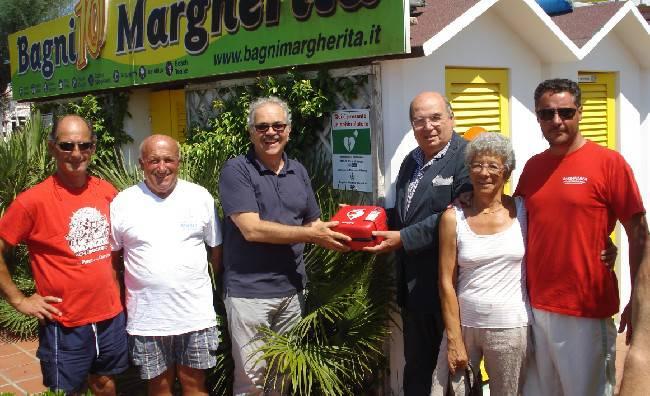 Dieci defibrillatori per rendere più sicura la spiaggia