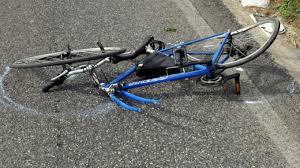 Urta donna in bici e fugge lasciandola a terra. Si cerca motociclista