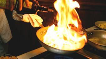 Cameriera si ustiona preparando flambé. In prognosi riservata ma fuori pericolo