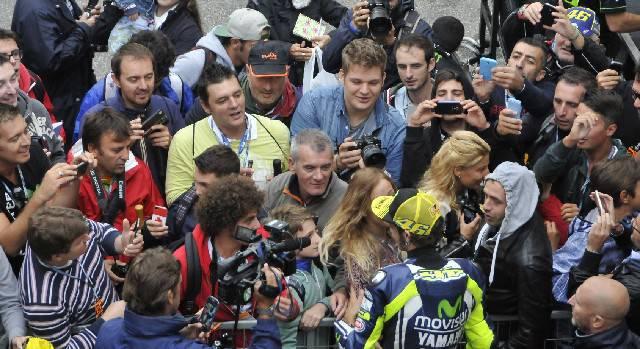 Valentino Rossi circondato dai tifosi
