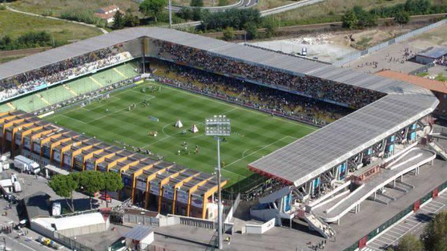 """Il Rimini F. C. rende noto che da mercoledì sarà attiva la prevendita per il match Romagna Centro-Rimini che si disputerà, sabato 25 novembre con inizio alle ore 14.30, all'Orogel Stadium Dino Manuzzi di Cesena. Questi i tagliandi riservati ai tifosi biancorossi: 400 biglietti di Curva ospiti (Ferrovia) al costo di € 10 (ridotto € 5 per i ragazzi fino a 15 anni) 100 di Tribuna laterale (A-E) al costo di € 15 100 di Tribuna centrale (B-C-D) al prezzo di € 20 100 di Tribuna vip al costo di € 25 * Per i ragazzi fino a 15 anni ingresso Tribuna € 10 I tagliandi si potranno acquistare al botteghino dello stadio """"Romeo Neri"""" nelle giornate di mercoledì (ore 10-12), giovedì (17-19), venerdì (10-12 e 17-19) e sabato (9-11). Sabato nella biglietteria dello stadio """"Manuzzi"""" non sarà possibile acquistare i biglietti di Curva ospiti."""